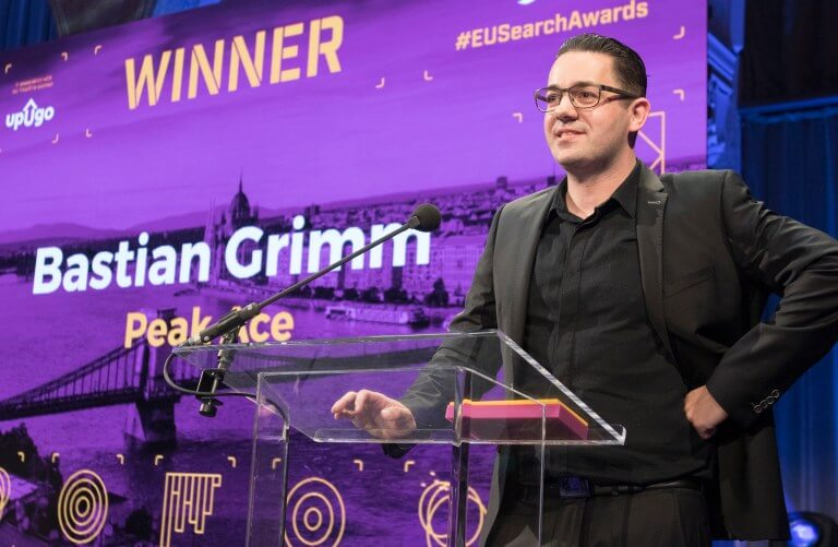 Bastian Grimm, Director Organis Search & CO-Founder bei Peak Ace, wird Search Personality of the Year 2019 bei den European Search Awards.